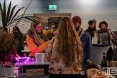 De bar in het Schielandshuis tijdens Museumnacht010 in Rotterdam met bezoekers