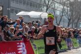Belgische marathonloper Koen Naert bij de finish op de Coolsingel in Rotterdam