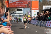 Marathonloper Koen Naert bij de finish tijdens de Marathon Rotterdsm 2019 op de Coolsingel in Rotterdam