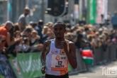 Abdi Nageeye op de Coolsingel tijdens de finish van de Marathon Rotterdam 2019