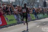 Loper Kaan Özbilen tijdens de finish van de Marathon Rotterdam 2019