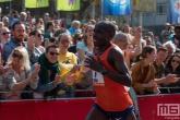 Loper Emanuel Saina op de Coolsingel in Rotterdam tijdens de finish van de Marathon Rotterdam 2019