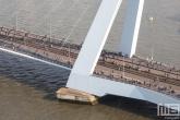 De laatste lopers van de Marathon Rotterdam 2019 tussen de pyloon van de Erasmusbrug