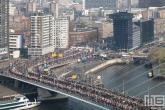 Het uitzicht op de start van de Marathon Rotterdam 2019 aan de voet van de Erasmusbrug