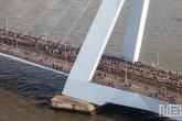 De lopers van de Marathon Rotterdam 2019 tussen de pyloon van de Erasmusbrug