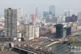 Het uitzicht op de start van de Marathon Rotterdam 2019 met de skyline van Rotterdam