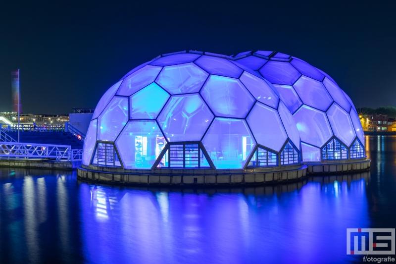 De Drijvend Paviljoen in Rotterdam in het blauw in verband met Verlicht ME