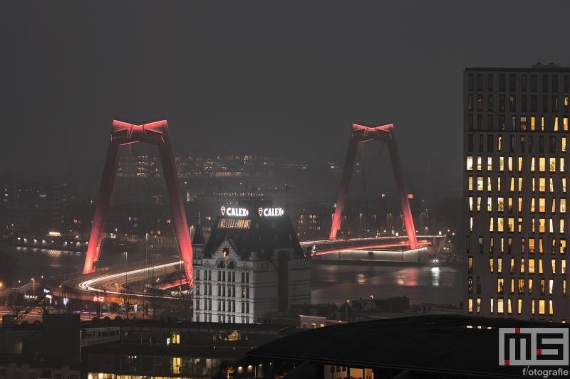 Te Koop | De Willemsbrug en het hoofdkantoor van Stedin tijdens een mistige avond in Rotterdam