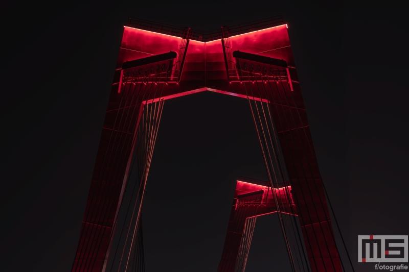 Te Koop | De twee pylonen van de Willemsbrug in detail in Rotterdam by night