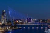 De Erasmusbrug in Rotterdam in het blauw in verband met Verlicht ME