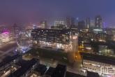 Het reuzenrad en de Markthal Rotterdam tijdens een mistige avond in Rotterdam