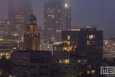 Het Timmerhuis, Stadhuis Rotterdam en het stadscentrum op een mistige avond
