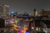 De cafés in de Oudehaven in Rotterdam by Night met de Kubuswoningen en Markthal op de achtergrond