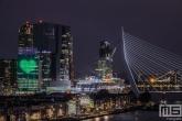 Het groen witte hart van Rotterdam op het KPN-gebouw met de Erasmusbrug