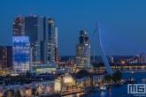 De Erasmusbrug en het hoofdkantoor van KPN in Rotterdam in het blauw in verband met Verlicht ME