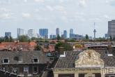 De skyline van Rotterdam met echte Hollandse Wolken vanuit Schiedam