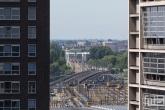 Een doorkijkje op het spoor van het Centraal Station in Rotterdam