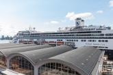 Het cruiseschip MS Rotterdam aan de Cruise Terminal Rotterdam in Rotterdam