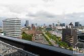 Het uitzicht op de skyline van Rotterdam vanaf het Erasmus MC in Rotterdam