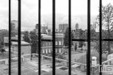 Het Blijdorp Villa door de glasramen van het Erasmus MC in Rotterdam