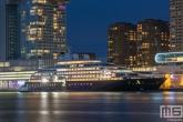De skyline van Rotterdam met het extreem luxe cruiseschip Scenic Eclipse aan de Cruise Terminal Rotterdam