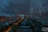 Te Koop | Het noodweer in Rotterdam Centrum met onweer en donkere wolken