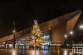 Het Centraal Station van Rotterdam op de Coolsingel met de jaarlijkse kerstboom