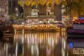 Te Koop | Het nachtelijke zicht op de Kubuswoningen, Laurenskerk en Het Potlood in Rotterdam