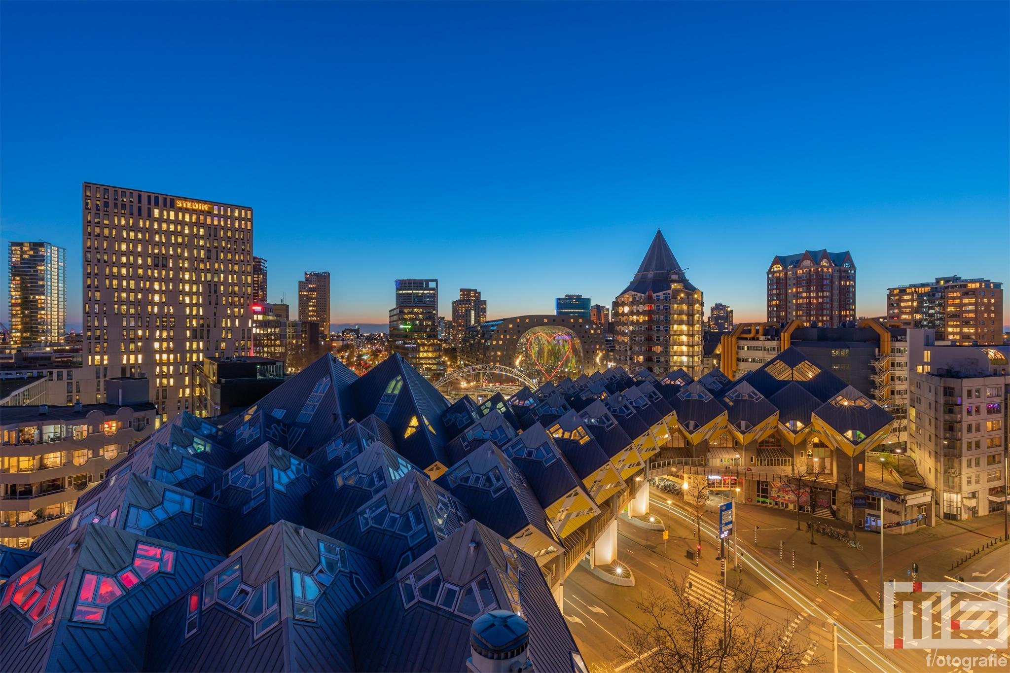 Te Koop | De Kubuswoningen met de skyline van Rotterdam by Night