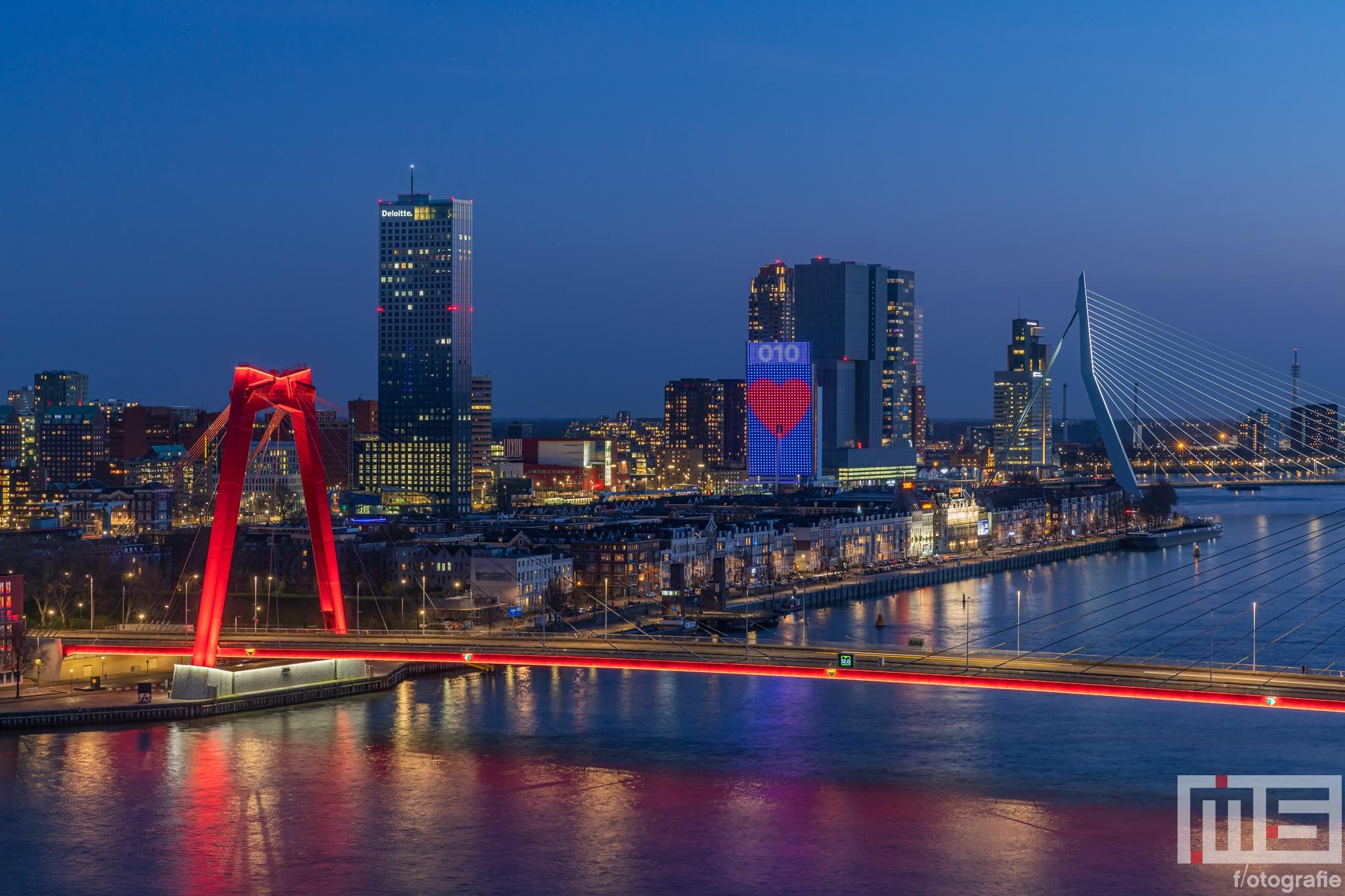 Te Koop | De skyline van Rotterdam by Night met de Willemsbrug en de Wilhelminapier