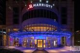 Het entree van het Marriott Hotel in Rotterdam by Night