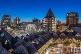 De Kubuswoningen en Markthal Rotterdam met de skyline van Rotterdam by Night