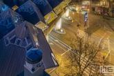 Te Koop | De Kubuswoningen en Markthal Rotterdam met de skyline van Rotterdam by Night