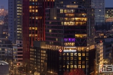 De skyline van Rotterdam by Night met de Red Apple