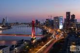 De skyline van Rotterdam by Night met de Willemsbrug