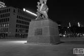 Het beeld De Verwoeste Stad op Plein 1940 in Rotterdam by Night