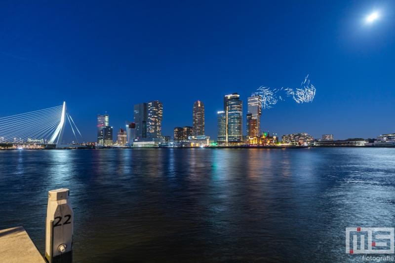 Droneshow 'Franchise Freedom' van Studio DRIFT sluit Bevrijdingsdag in Rotterdam af met 300 verlichte drones