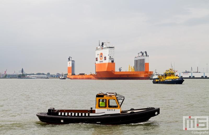 Het half-afzinkbaar transportschip Dockwise Vanguard met de RPA 10 en KRVE 10 in Rotterdam