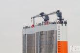 Het half-afzinkbaar transportschip Dockwise Vanguard in detail in Rotterdam