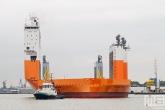 Het half-afzinkbaar transportschip Dockwise Vanguard met sleepboot Thamesbank op de Maas in Rotterdam