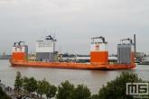 Het half-afzinkbaar transportschip Dockwise Vanguard met sleepboot Thamesbank vanaf de Sluisjesdijk in Rotterdam
