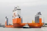 Het half-afzinkbaar transportschip Dockwise Vanguard met sleepboot Thamesbank in Rotterdam