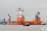 Het half-afzinkbaar transportschip Dockwise Vanguard met de RPA 10 in Rotterdam
