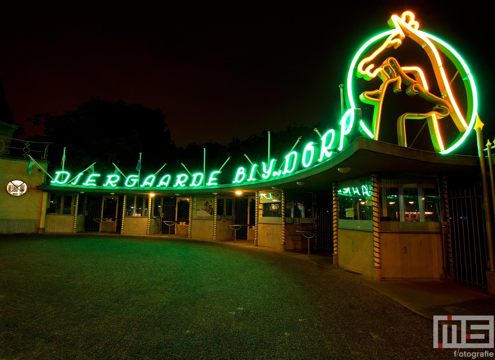 Het neonlicht bij de oude ingang van Diergaarde Blijdorp in Rotterdam