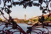 Het Lock of Love met uitzicht op de Euromast in de Havenstad in Rotterdam