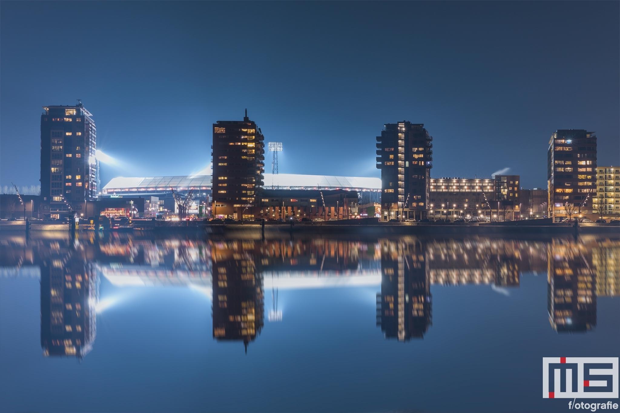 Te Koop | Het Feyenoord Stadion De Kuip in Rotterdam gespiegeld tijdens een speelavond