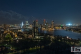 Te Koop | De skyline van Rotterdam met het Feyenoord Stadion De Kuip verlicht voor een speelavond