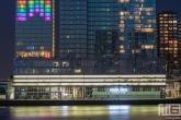 Het gebouw De Rotterdam met het nhow Hotel  met regenboogkleuren