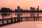 Het uitzicht op de skyline van Rotterdam vanaf de Kralingseplas tijdens zonsondergang