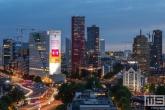 De skyline van Rotterdam Centrum tijdens het blauwe uurtje
